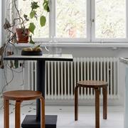 简约风格餐厅深色桌椅设计