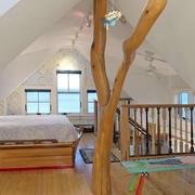 三角斜顶阁楼卧室装饰