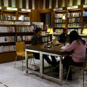 大型书店木制书柜装修