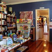 小型书店原木地板设计