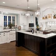 开放式厨房深色橱柜装修