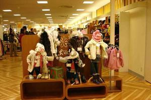 欧式简约风格童装店货柜设计