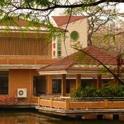原木搭配别墅外观造型