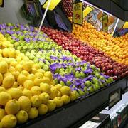水果店深色货架装饰