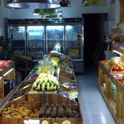 小型水果店木制货架装修