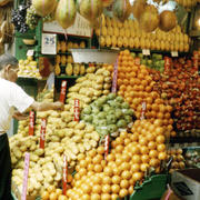 街角简易水果店货架