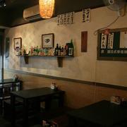 日式店铺深色桌椅