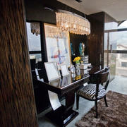 客厅深色桌椅装饰