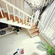 阁楼白色楼梯装修图示