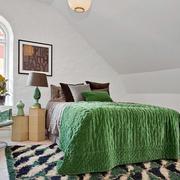 简约斜顶卧室墙壁设计