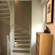 白色简约风格楼梯设计