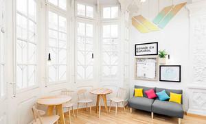童话色彩强烈的幼儿园教室桌椅布置图片