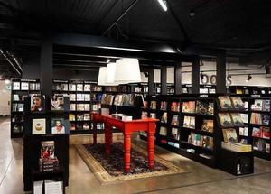 书店黑色置物架设计