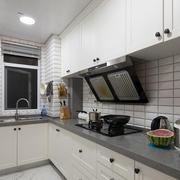 日式白色L型厨房