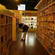 现代木制书店书架