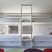儿童房双人床睡觉