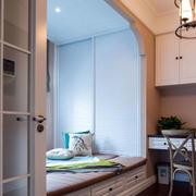榻榻米卧室书桌设计