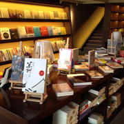 暖色系书店书架