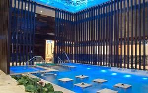 帅哥美女云集的室内游泳馆游泳池设计效果图片