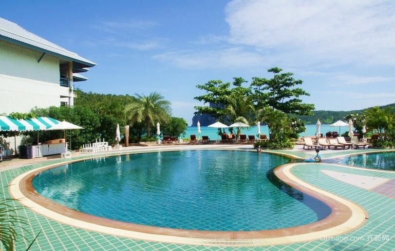 度假村的户外游泳池装修设计效果图片