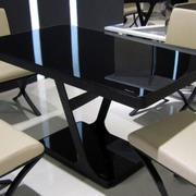 经典黑色餐桌设计