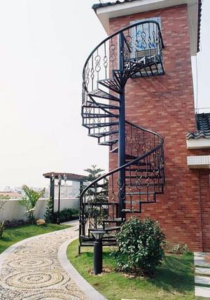 满是艺术的铁艺旋转楼梯装修效果图