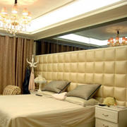 低矮带有镜饰装饰的卧室背景墙