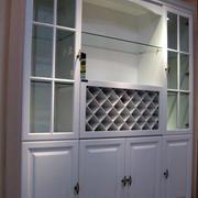 白色带有隔断效果的酒柜