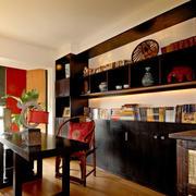 配有古董装饰的中式小书房