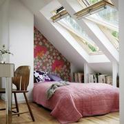斜顶卧室窗户设计