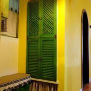 温暖黄色客厅鞋柜