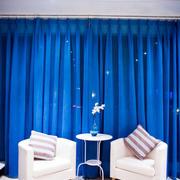 小型一居室之深蓝色窗帘展示