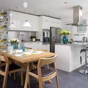 纯白色的开放式厨房设计