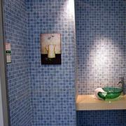 卫生间蓝色小块状瓷砖