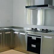 纯白色的厨房不锈钢橱柜设计