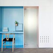 阁楼卧室蓝白色隔断门设计