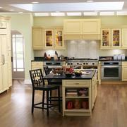 开放式厨房浅绿色墙纸