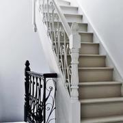 公寓内白色踏板楼梯设计