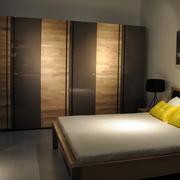 现代简约风格卧室实木衣柜装饰
