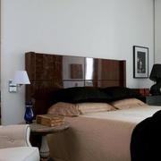 别墅深棕色卧室