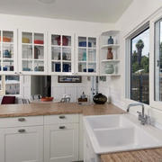 白色干净厨房置物架