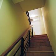 简约暖色系楼梯装饰图