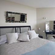 纯白色的卧室图