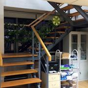 跃层原木简约楼梯间