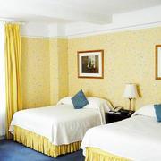 宾馆卧室黄色背景墙