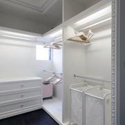三室一厅白色衣帽间