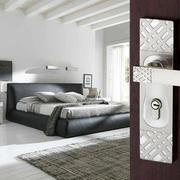 后现代风格卧室深色系木门设计
