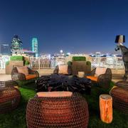 东南亚风格奢华海景房休息阳台装饰图