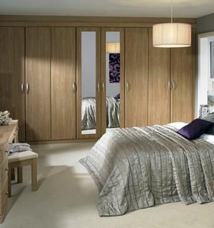 现代简约风格卧室浅色系实木衣柜装修效果图