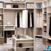 单身公寓深色调步入式衣帽间装修效果图